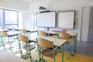 Photo d'une salle de classe avec un tableau numérique