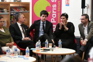 """Cette photo représente cinq personnes discutant autour d'une table au Grand Paris Sud : """"territoire innovant et apprenant"""""""