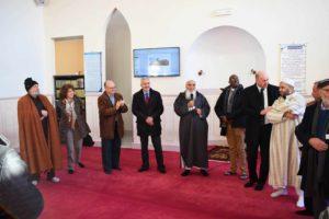 Ligne de 10 personnes échangeant dans une mosquée