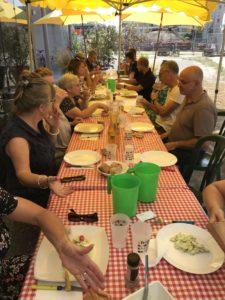 Cette photo montre une grande table convivial au ChapitÔ