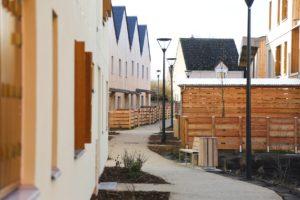 Photo d'un chemin dans une banlieue pavillonnaire